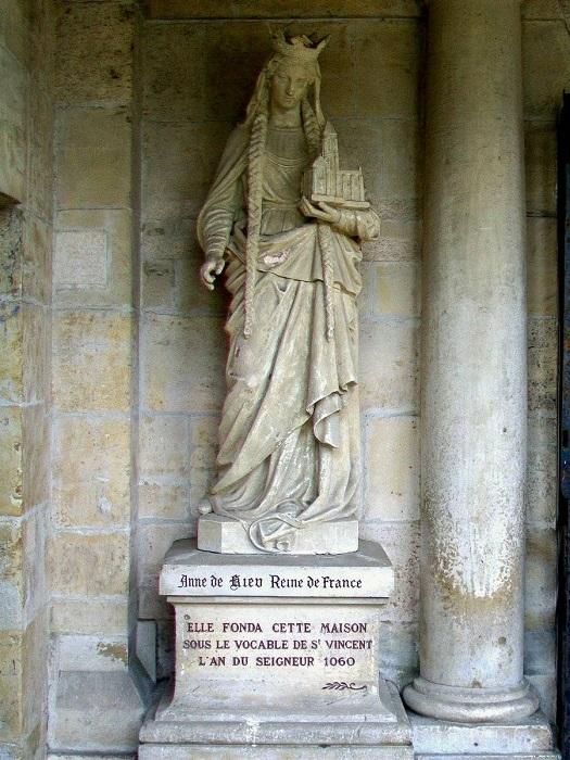 Французский памятник Анне, поставленный в семнадцатом веке, изображает её с монастырём, который она основала, чтобы замолить свою грешную любовь с Раулем.