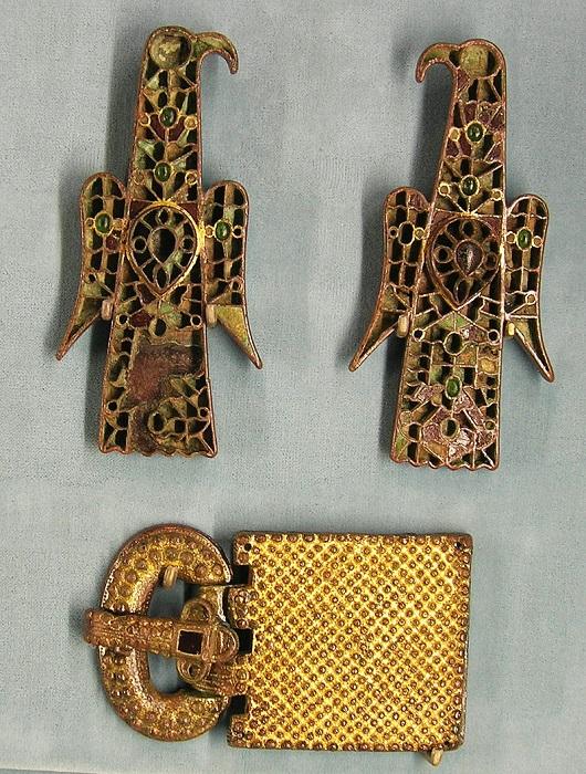Две фибулы в форме орлов и золотая поясная пряжка; Musee de Cluny